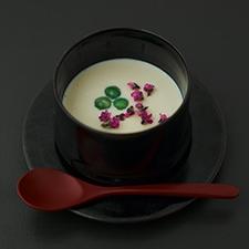 うすい豌豆とくみ上げ湯葉の温かいスープ