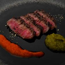 牛肉味噌漬け 赤パプリカと万願寺唐辛子のピュレ添え