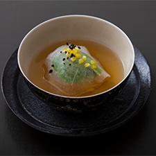 海老と蓮根の真丈 薄氷仕立て こごみ 豆豉 柚子