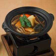 赤出汁仕立て鍋  揚げ麩  豆腐  野菜色々  塩麹ソース