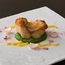 【揚げ物】甘鯛の煎りだし アスパラと白味噌のピュレ 花弁百合根 桜塩